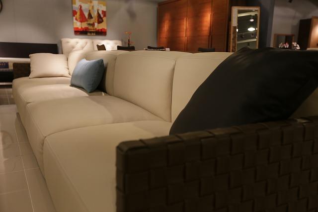 světlý gauč, obývák