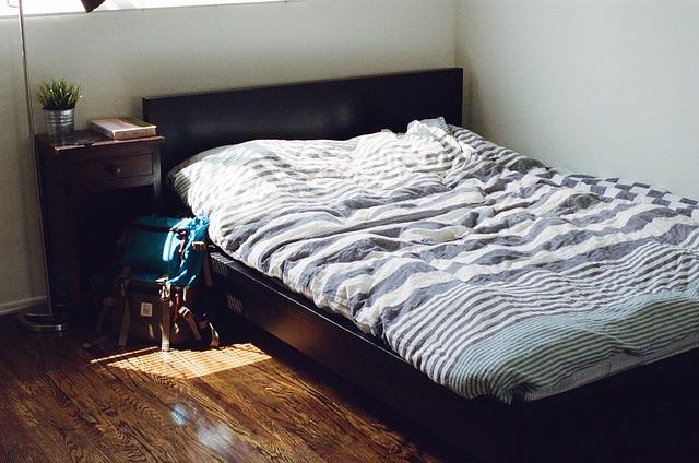 postel, batoh, pruhované povlečení