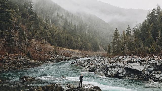 muž u řeky