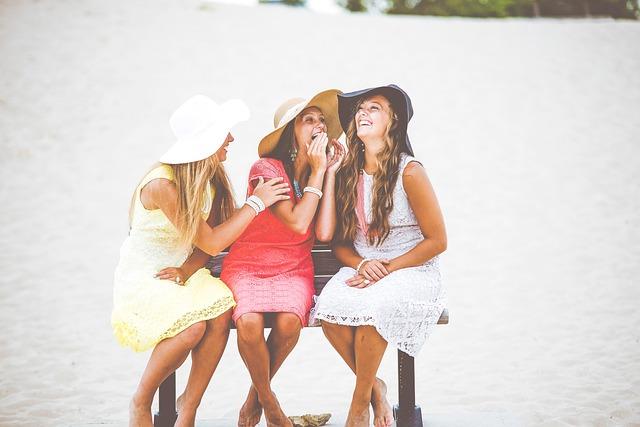 tři ženy na lavičce