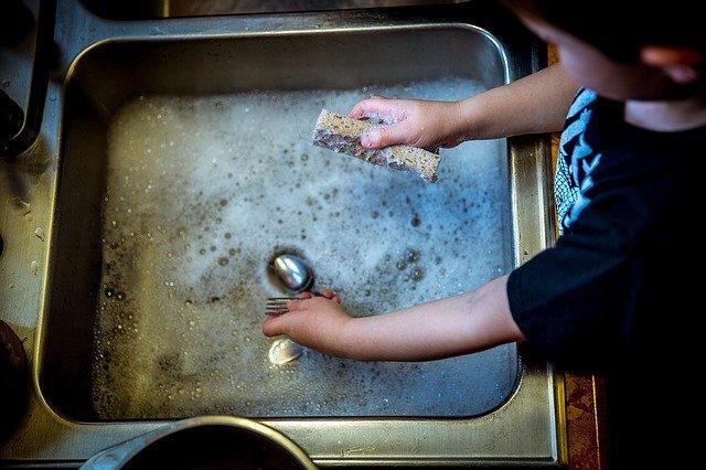 mytí nádobí ve dřezu