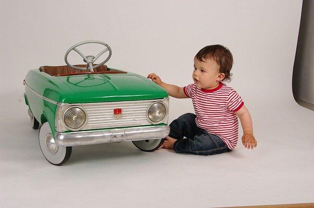 dítě s autem